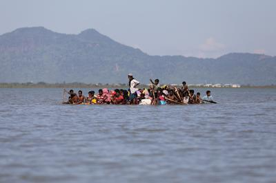 Desperate Rohingya flee on flimsy raft