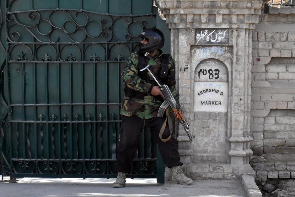 Un poliziotto prende posizione dopo che uomini armati hanno attaccato la Bethel Memorial Methodist Church a Quetta, in Pakistan, il 17 dicembre 2017. Credits to: REUTERS/Naseer Ahmed.