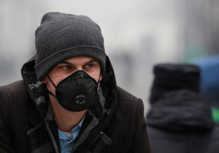 A man wears an anti-particle mask to protect himself from air pollution in Skopje, Macedonia December 15, 2017. Ognen Teofilovski