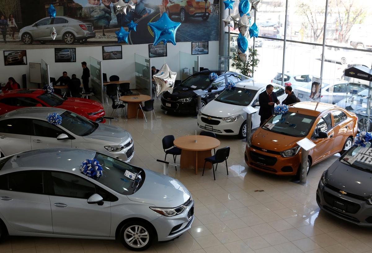 warning light mexican car sales slump ahead of election reuters. Black Bedroom Furniture Sets. Home Design Ideas