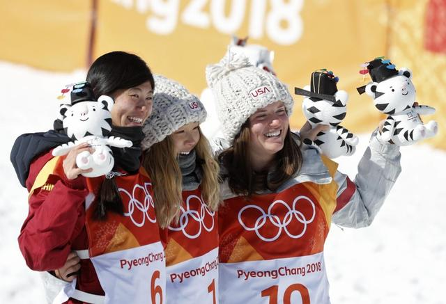 Snowboarding - Pyeongchang 2018 Winter Olympics - Women's Halfpipe Finals - Phoenix Snow Park - Pyeongchang, South Korea - February 13, 2018  - Gold medallist Chloe Kim of the U.S. is flanked by silver medallist Liu Jiayu of China and bronze medallist Arielle Gold of the U.S. as they hold their Soohorang Olympic mascots during the flowers ceremony. REUTERS/Jorge Silva