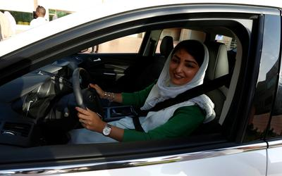 Saudi women learn to drive