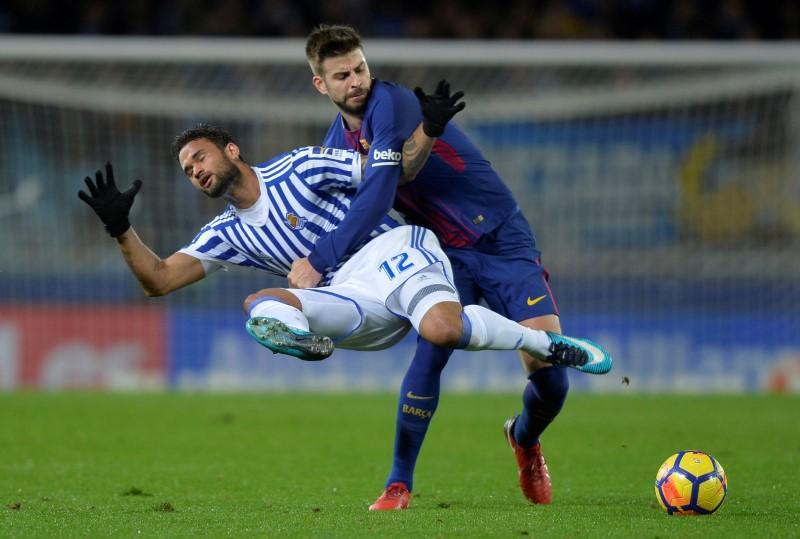 ... Piqué controla al delantero brasileño de la Real Sociedad Willian Jose  en el estadio Anoeta en San Sebastián. Imagen de archivo. REUTERS Vincent  West 67da471ee5a08