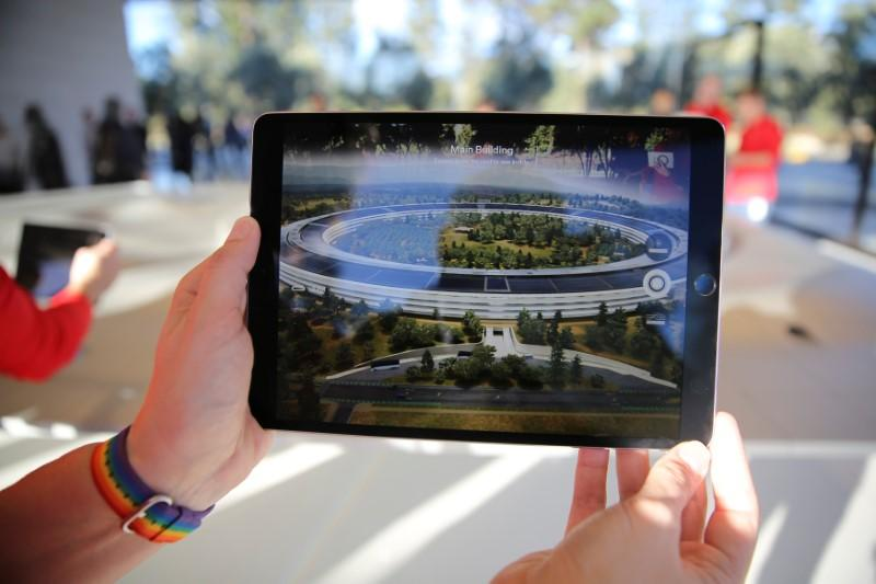 Apple set to update iPad lineup at Chicago education event | Reuters