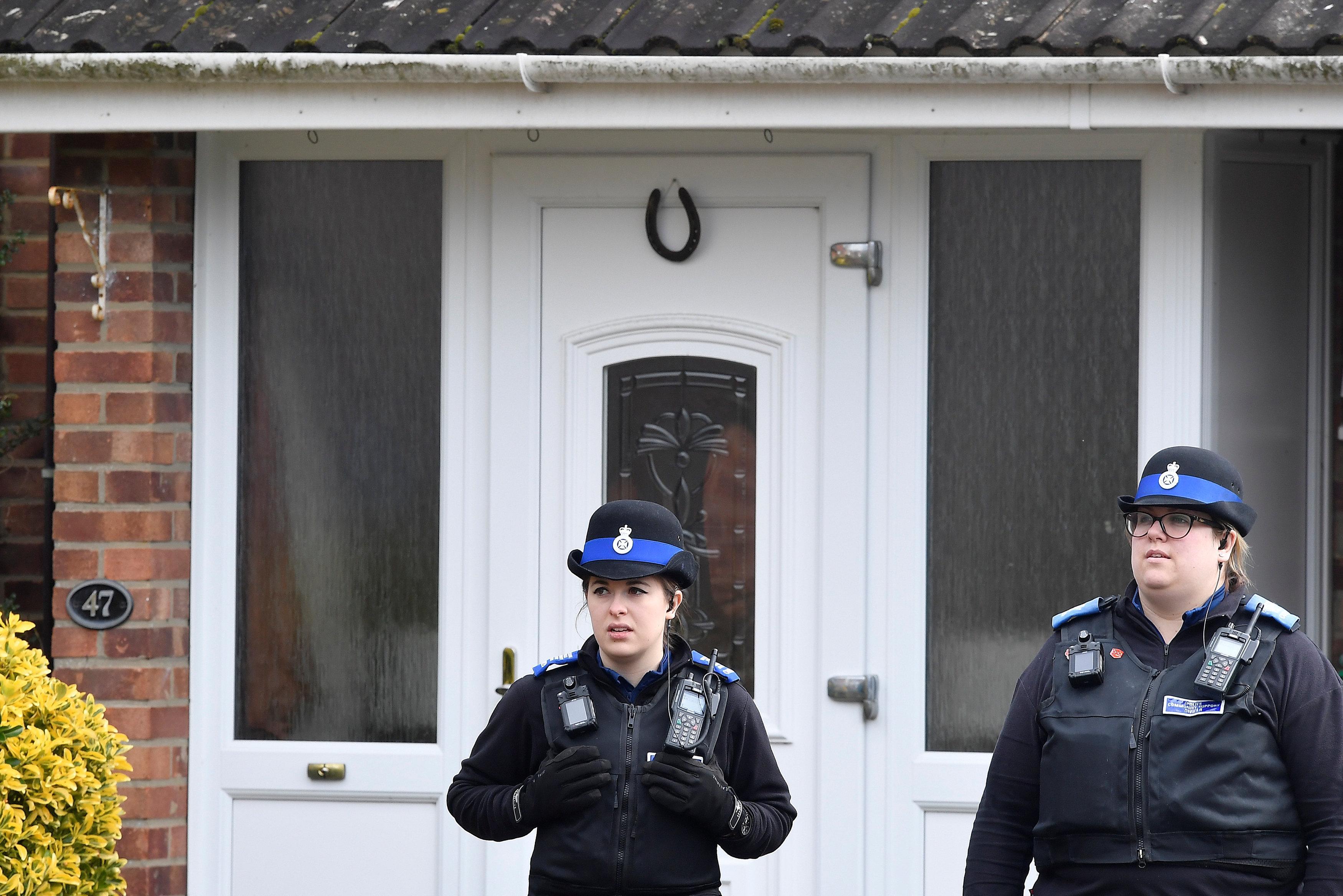 "Résultat de recherche d'images pour ""Former Russian spy poisoned by nerve agent on door of home in England - police"""