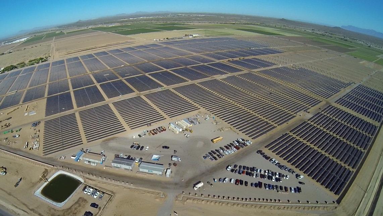 50-мегаваттная солнечная ферма Apple к востоку от центра обработки данных Apple в Месе, штат Аризона, изображена на этом недатированном фото, полученном Reuters 9 апреля 2018 года. Apple/Handout via REUTERS