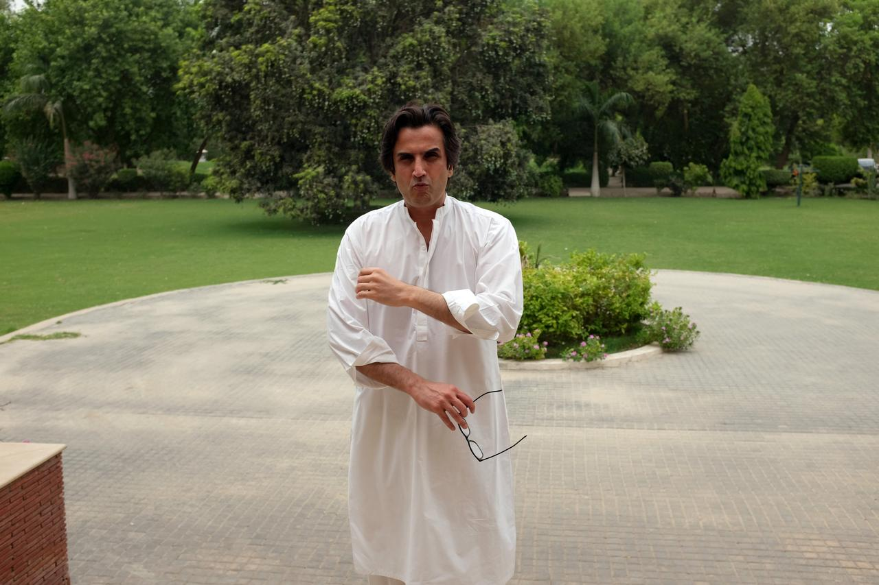 Political 'turncoats' boost Imran Khan's prospects in