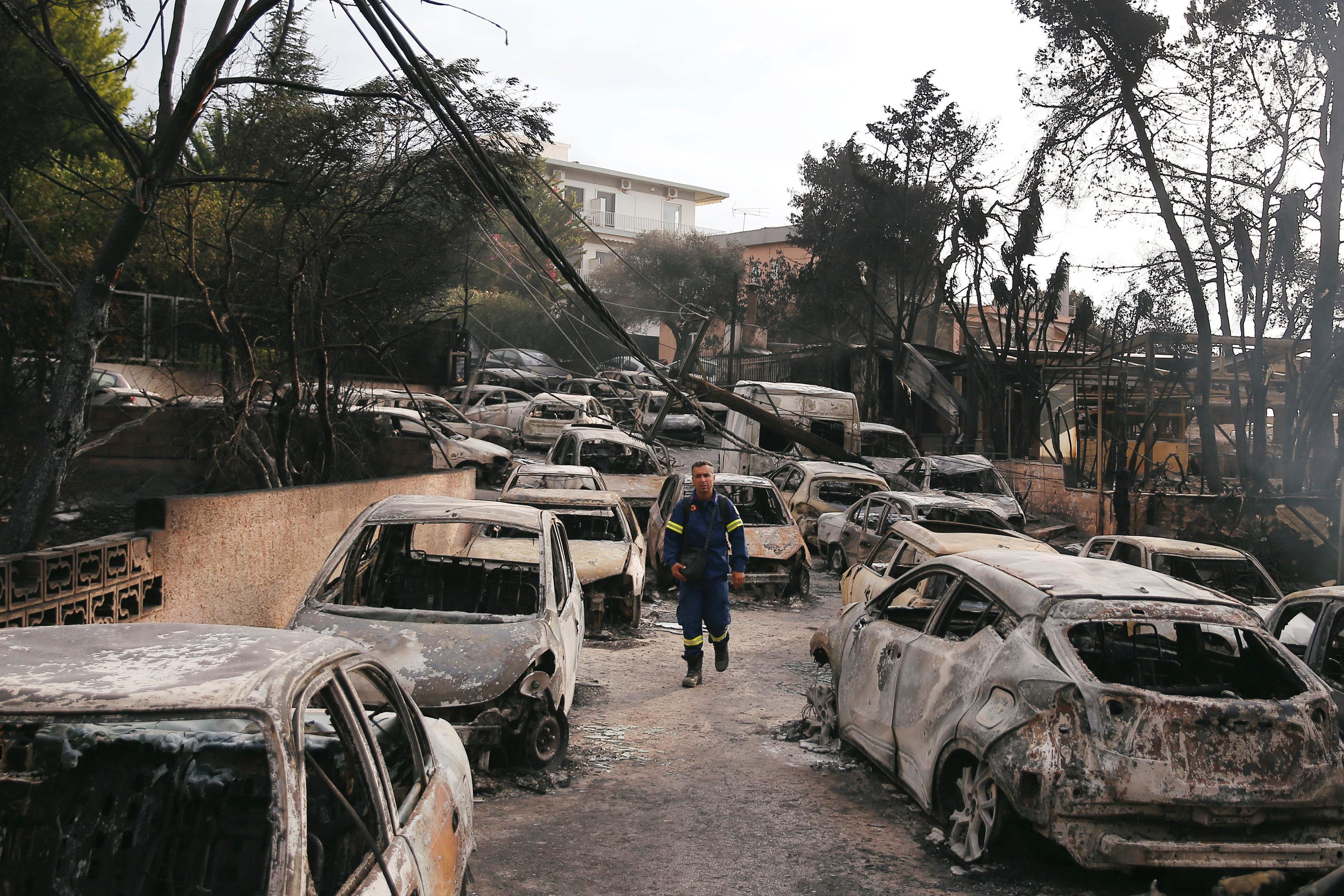 Η ελληνική πυροσβεστική υπηρεσία αναφέρει ότι ο αριθμός των νεκρών στις πυρκαγιές αυξάνεται σε 79