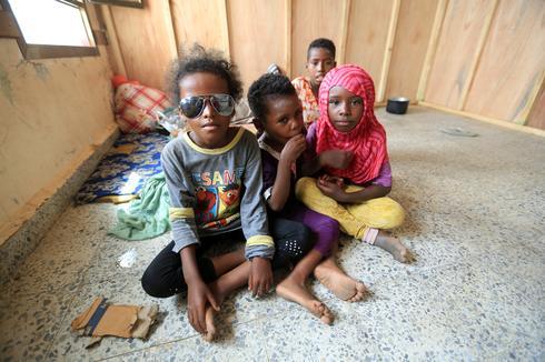 Yemenis flee fighting for shelter of school