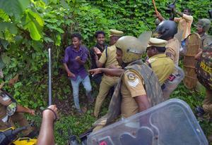Hindu hardliners defy court order to stop women entering temple