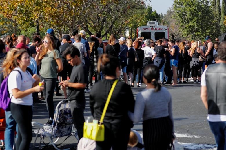 People wait in line to donate blood outside LaReina High School after a mass shooting by a lone gunman at a bar in Thousand Oaks, California. REUTERS/Mike Blake