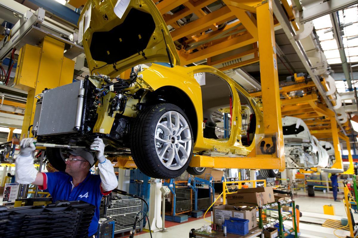 Funcionários da fábrica de automóveis Renault [© Reuters / Philippe Wojazer]