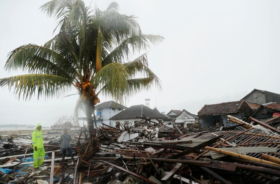 Indonesian rescuers struggle against heavy rain to reach
