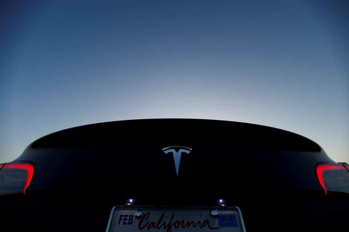 Tesla sees profit in every 2019 quarter, but faces logistics risks