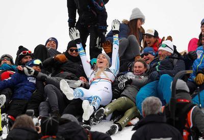 Lindsey Vonn wins bronze in final race