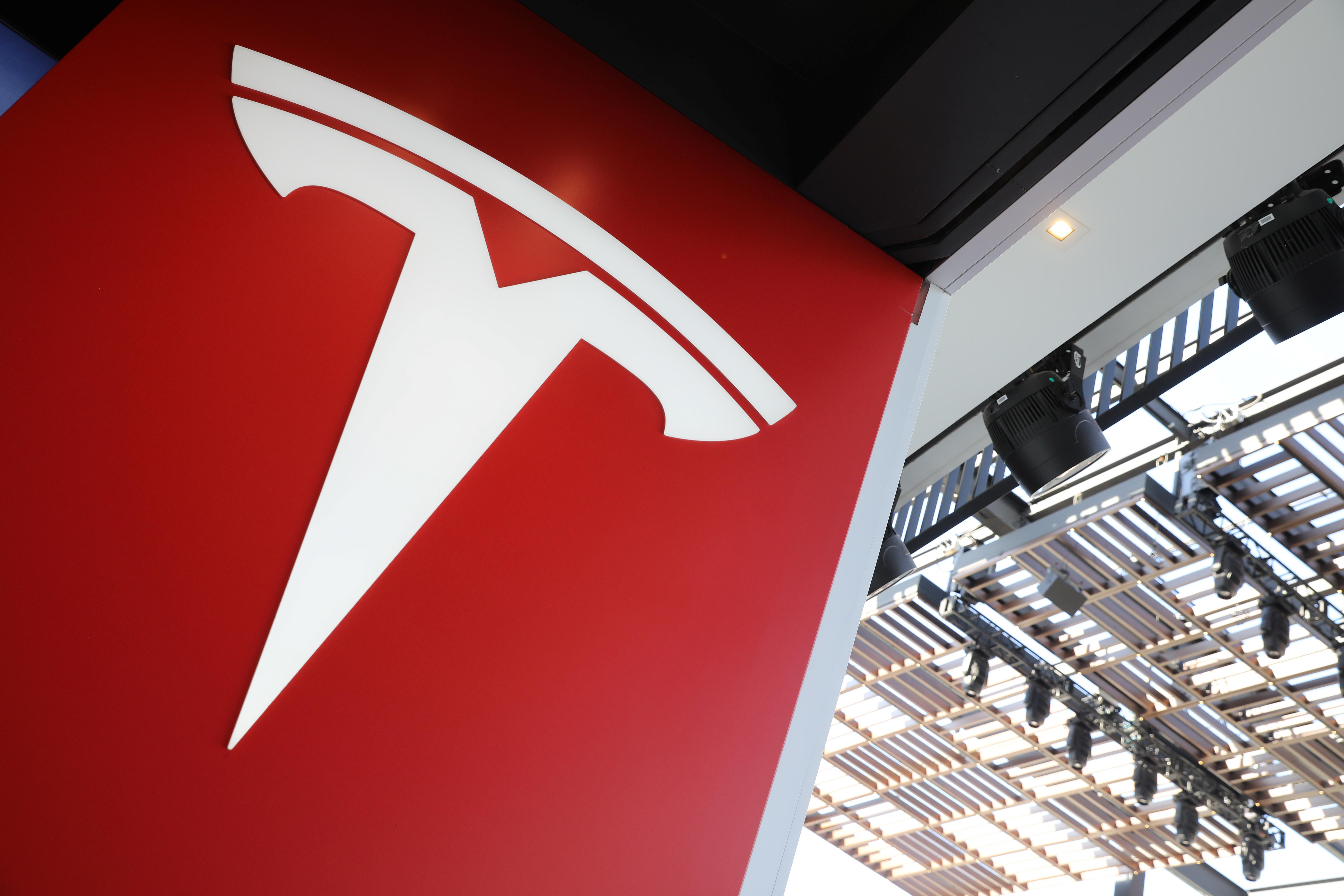 Tesla's store-shuttering strategy may pull the rug out of solar