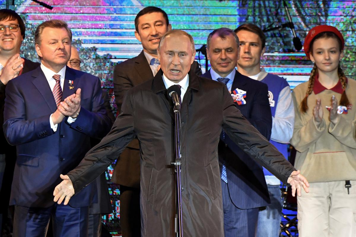 Putin flies into Crimea for annexation party, launches power stations