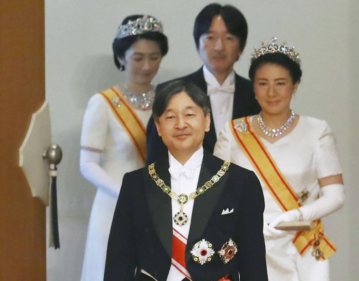 الإمبراطور ناروهيتو وخلفه زوجته الإمبراطورة ماساكو، وخلفهما ولي العهد والأخ الأصغر للإمبراطور الأمير فوميهيتو وزوجته الأمير كيكو | عبر رويترز