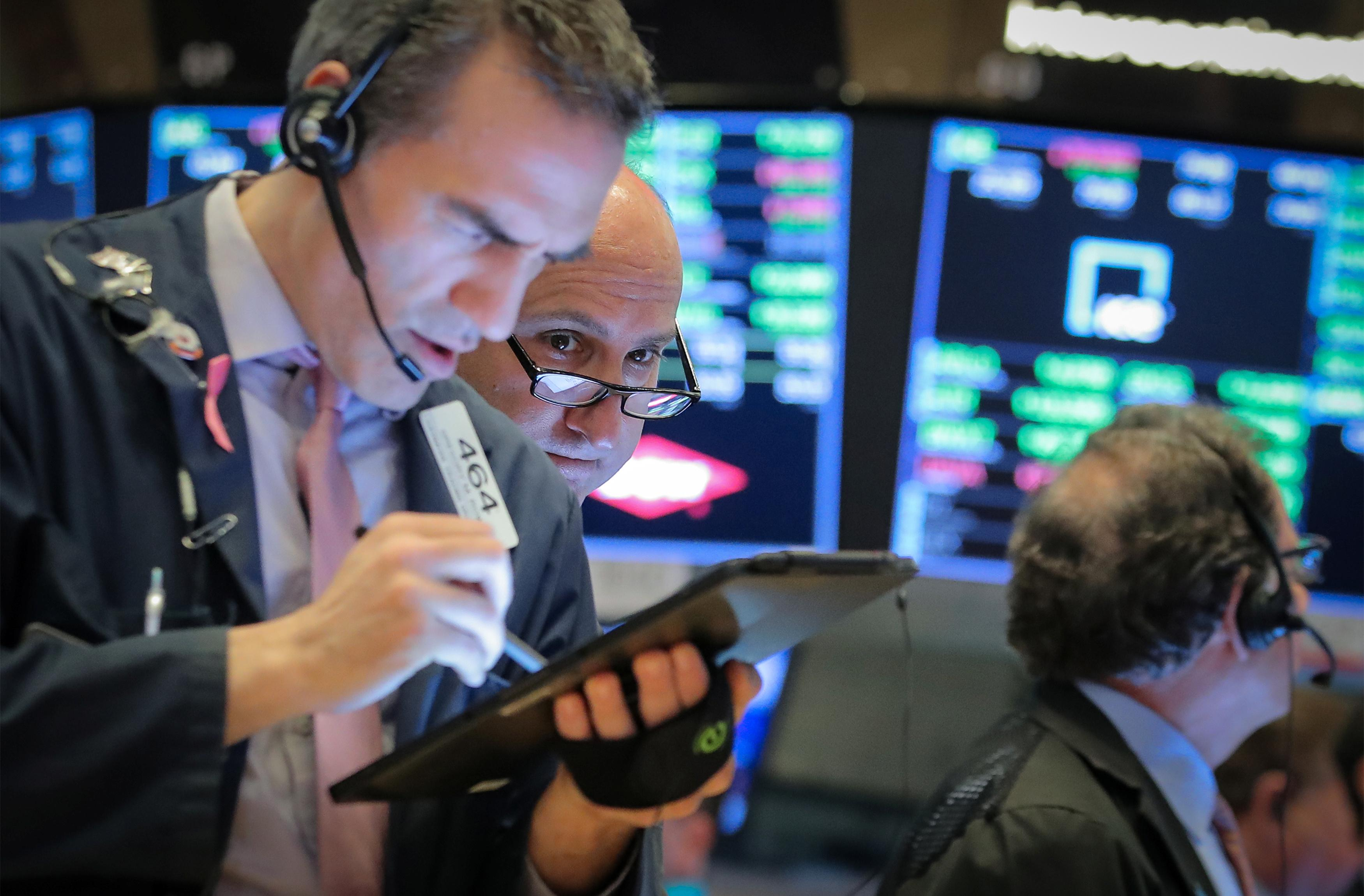 Wall St. climbs as jobs data supports upbeat economic outlook