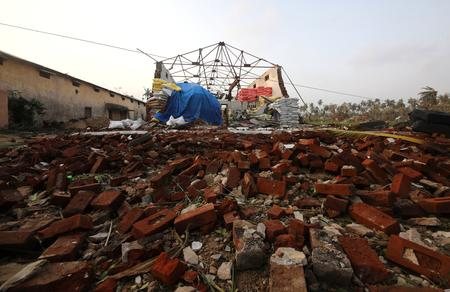 India cyclone kills at least 33, hundreds of thousands homeless