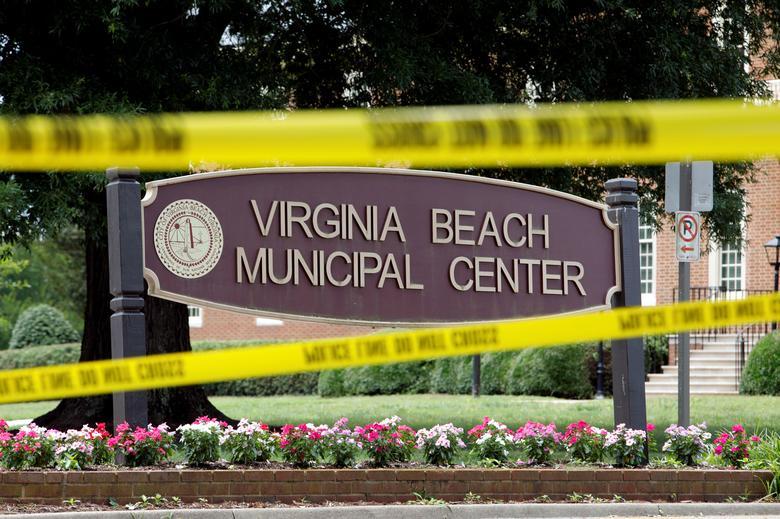 La cinta policial enmarca un cartel en una de las entradas al complejo del gobierno municipal donde ocurrió un tiroteo en Virginia Beach, Virginia, el 1 de junio de 2019. REUTERS / Jonathan Drake
