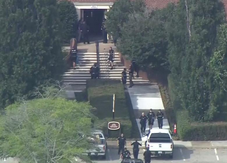 La policía evacúa a las personas de un edificio en esta imagen fija tomada del video. WAVY-TV / NBC / vía REUTERS