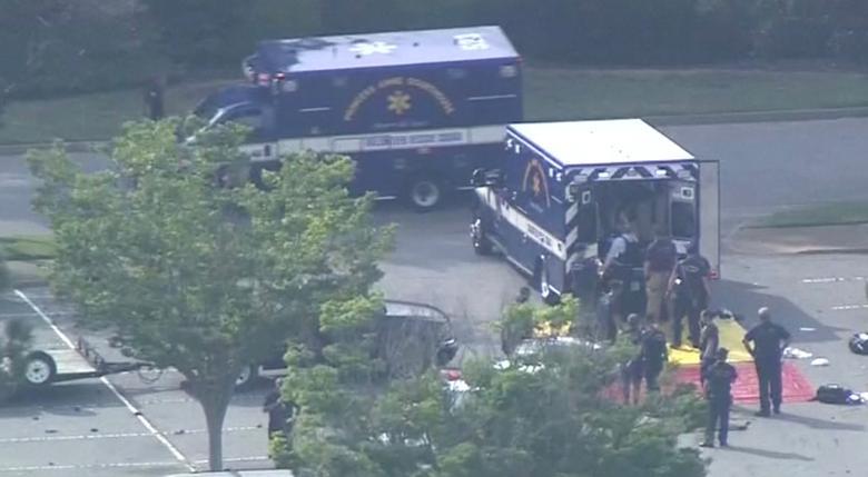 Los paramédicos preparan un área de preparación para las víctimas. WAVY-TV / NBC / vía REUTERS