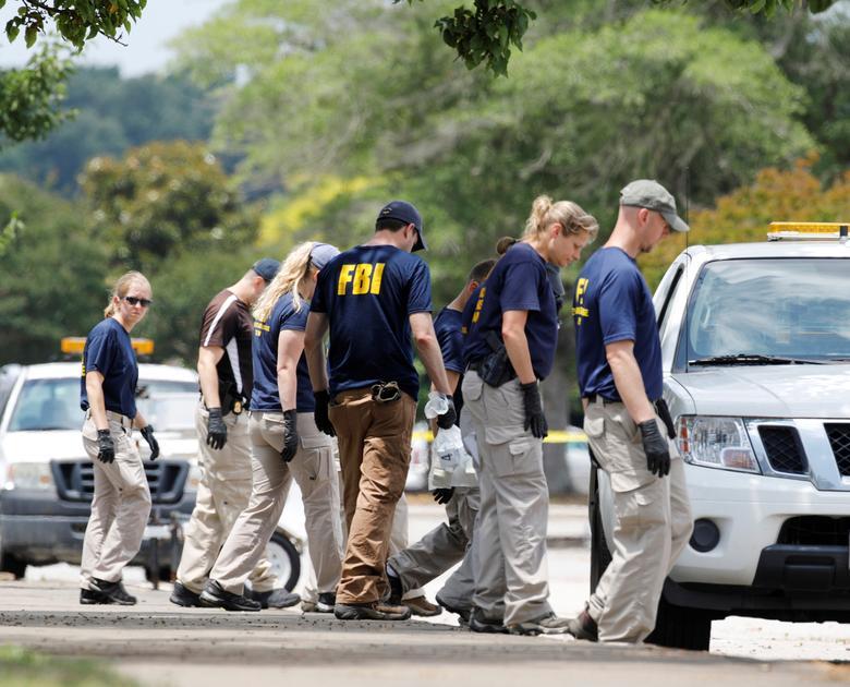 Los miembros del Equipo de Respuesta a la Evidencia de la Oficina Federal de Investigaciones (FBI) buscan en un estacionamiento en las afueras de un edificio del gobierno municipal en Virginia Beach. REUTERS / Jonathan Drake