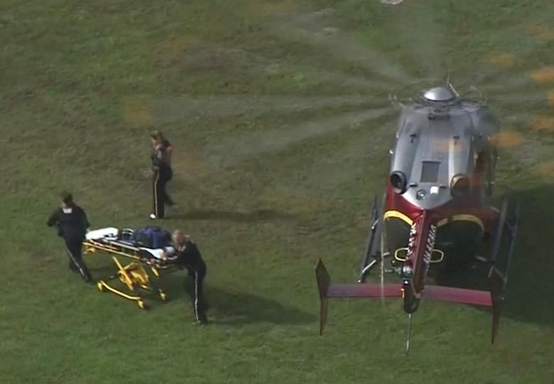 Los trabajadores de rescate descargan una camilla de un helicóptero después de un incidente de tiroteo. WAVY-TV / NBC / vía REUTERS