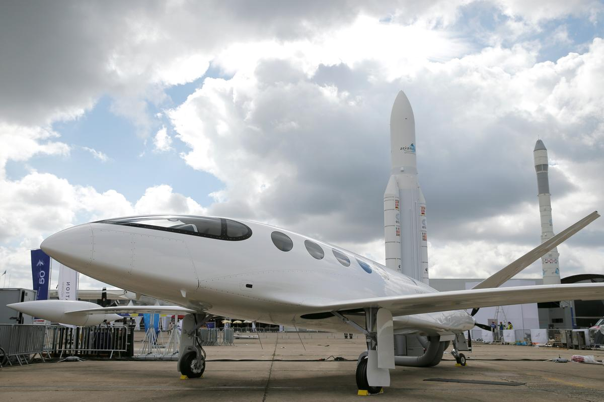 Electric planes start small as industry wrestles with emissions