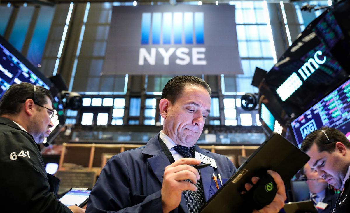 Wall St. flat as healthcare losses limit tech gains