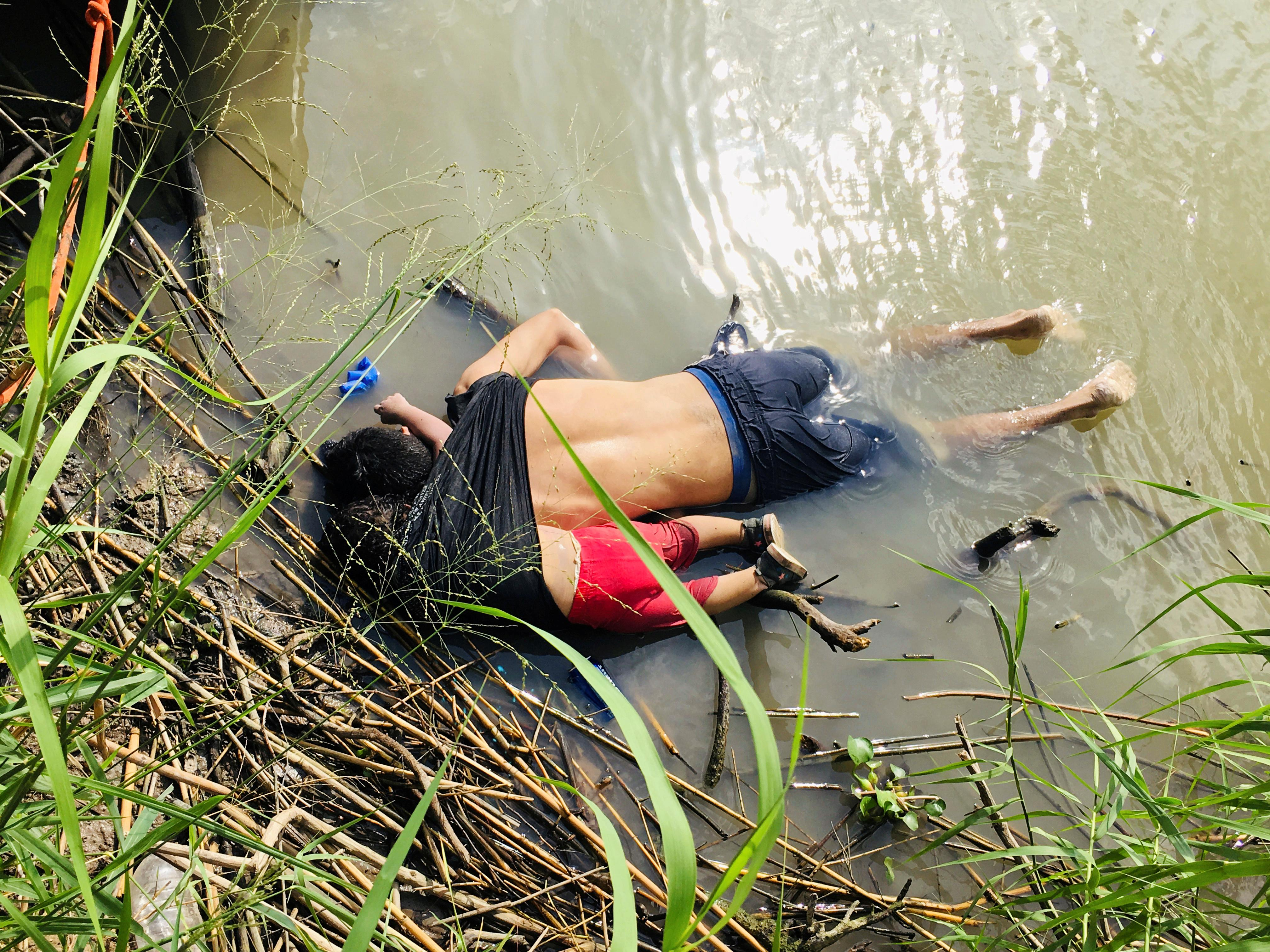 Photo of drowned migrants triggers fight over Trump asylum clampdown