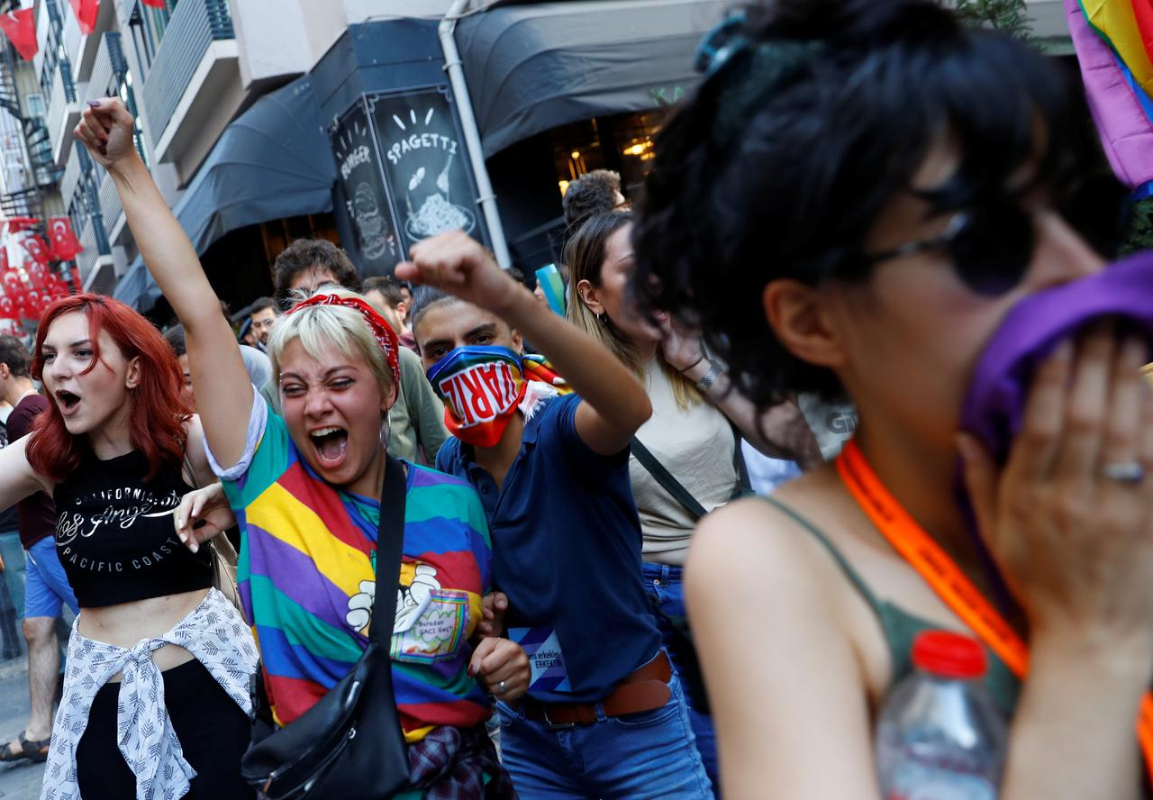 Comment Organiser Un Party D Ado istanbul's lgbt community holds small rally after march