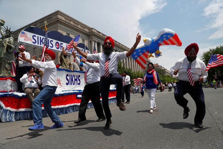 Los hombres bailan junto a los sijs de América flotando durante las celebraciones del Día de la Independencia del 4 de julio en Washington. REUTERS / Eric Thayer