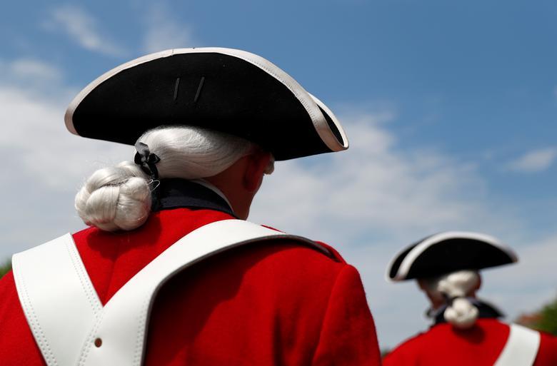 Los participantes vestidos con uniformes históricos asisten a las celebraciones del Día de la Independencia en Washington. REUTERS / Eric Thayer