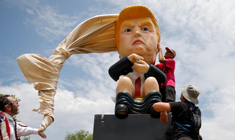 Una estatua que representa al presidente Donald Trump se presenta cerca del Monumento a Washington durante las celebraciones del Día de la Independencia del 4 de julio en Washington. REUTERS / Carlos Barria