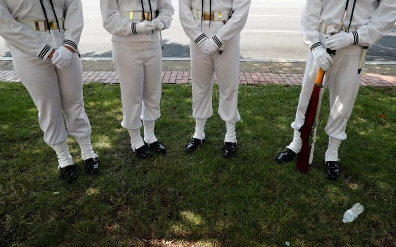 Los miembros de un guardia ceremonial se reúnen durante las celebraciones del Día de la Independencia en Washington. REUTERS / Eric Thayer