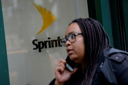 Sprint loses fewer-than-expected phone subscribers