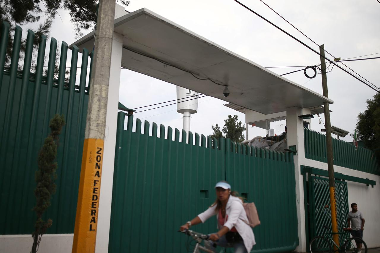 Mexico detains migrant children in cramped holding centre despite