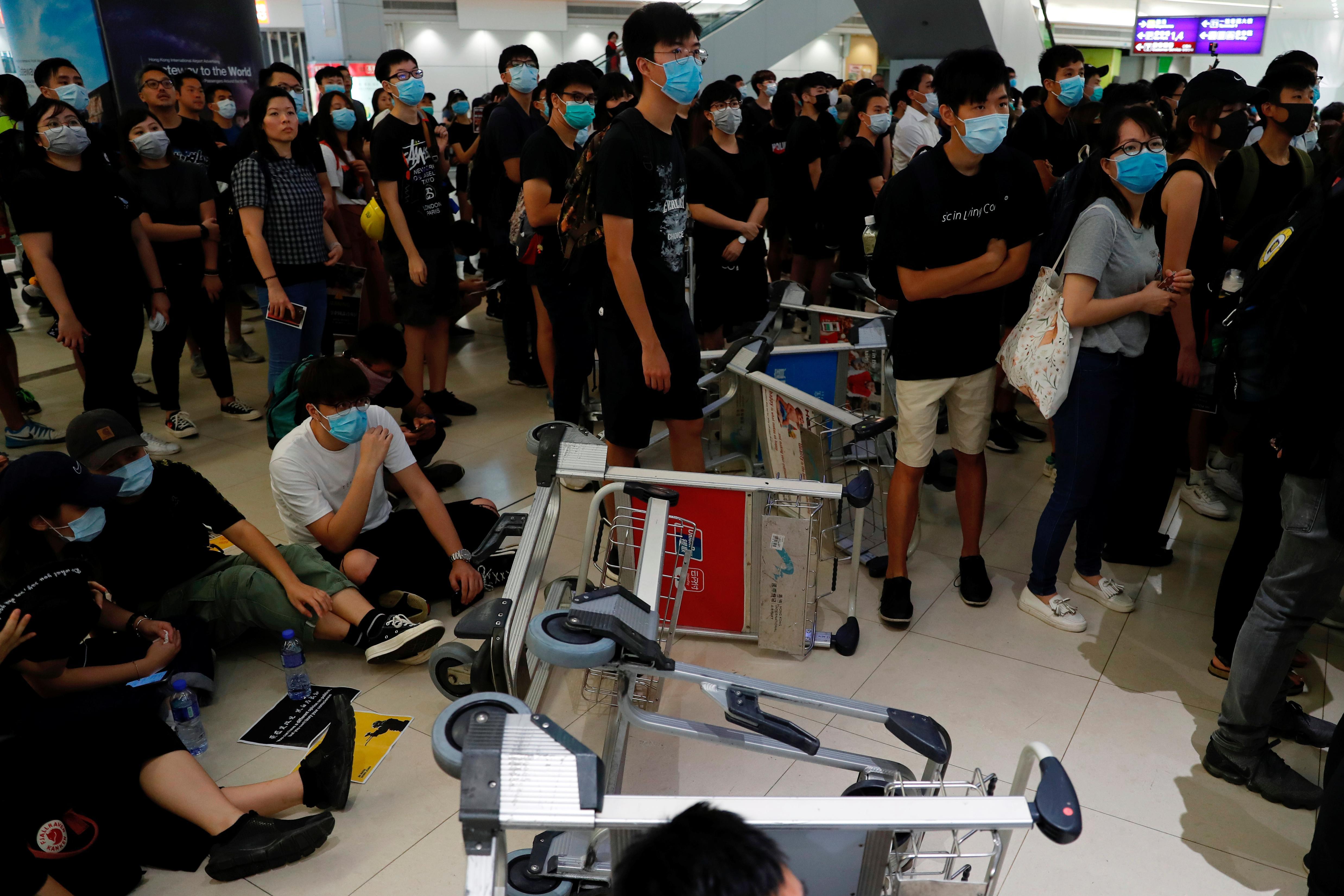 L'aéroport de Hong Kong suspend l'enregistrement alors que le chef déplore la panique et le chaos