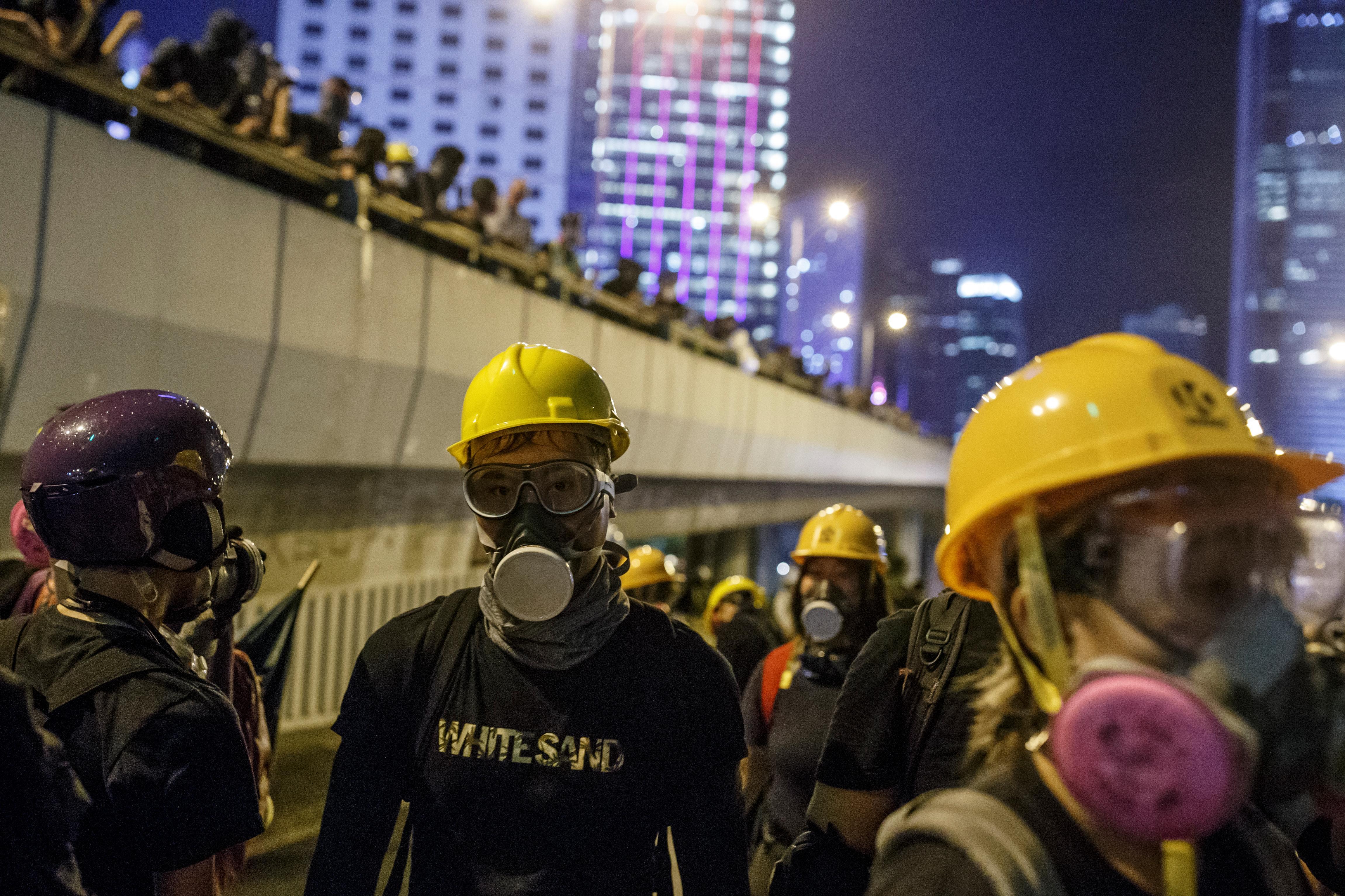Les manifestants de Hong Kong sillonnent les rues paisiblement sous une pluie battante