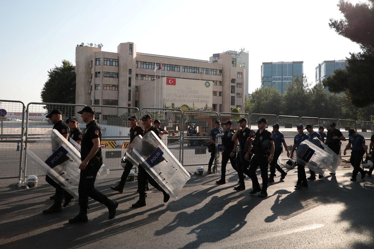 Turkye oefen drie Koerdiese burgemeesters uit weens vermoedelike militante bande, begin die veiligheidsoperasie