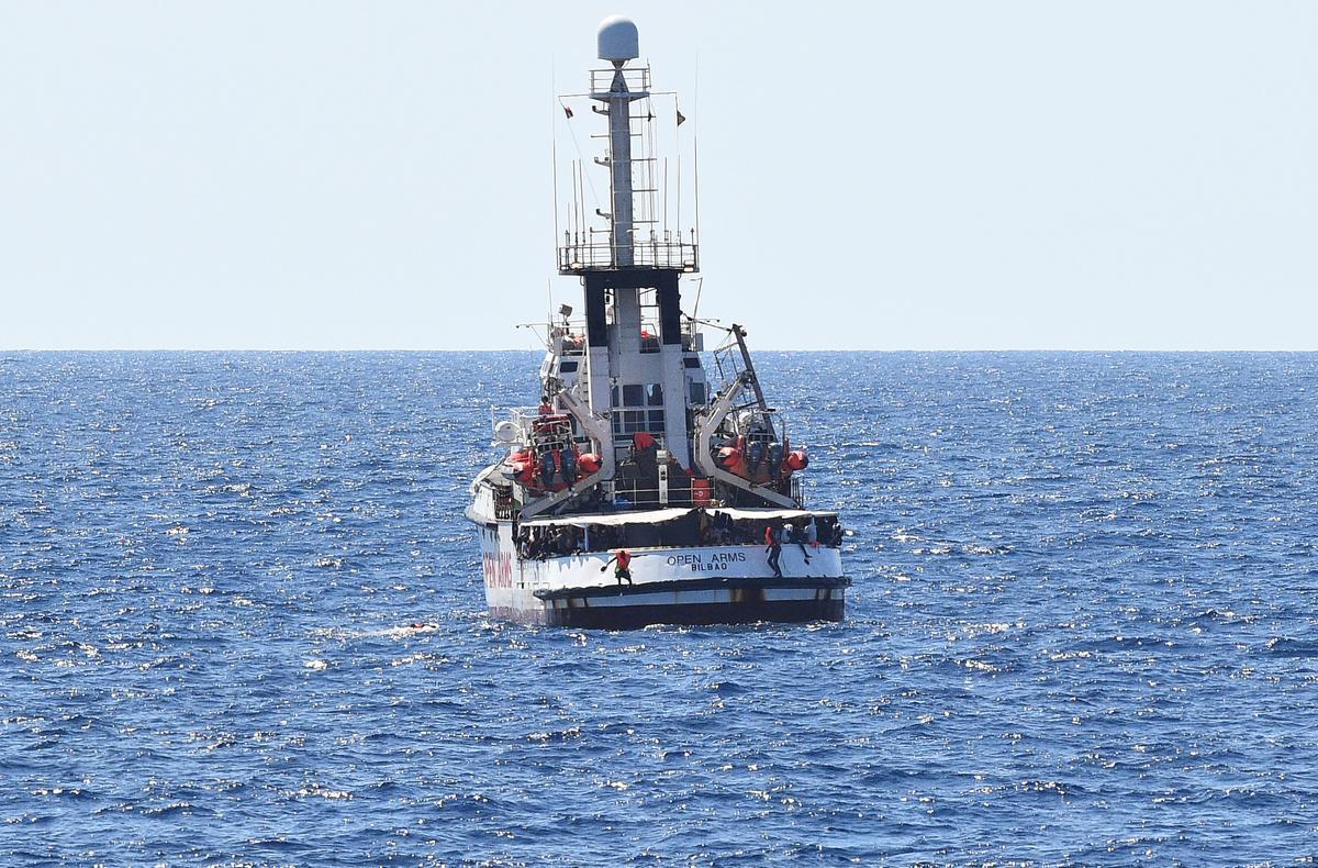 Spanje stuur vlootskip om migrante van Open Arms na Spanje te bring