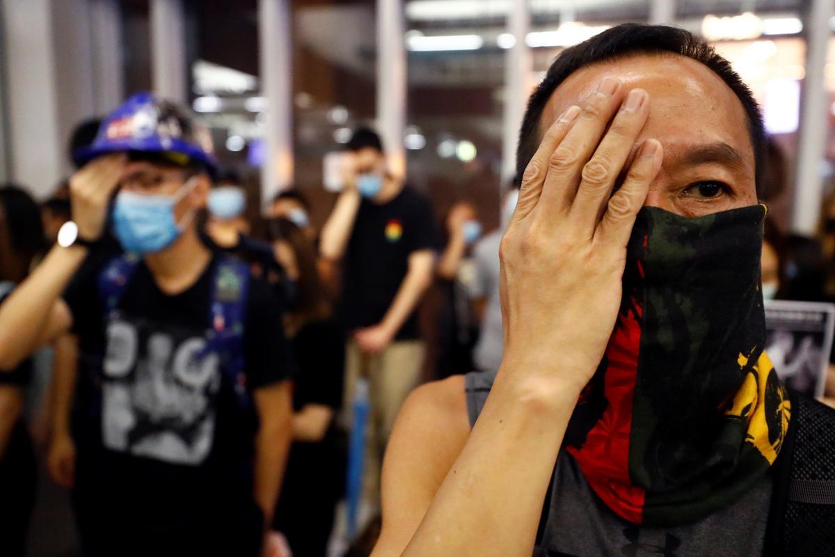 Hong Kong-protes beweeg na die metro-aanval metro soos bank waarsku van ekonomiese neerslag