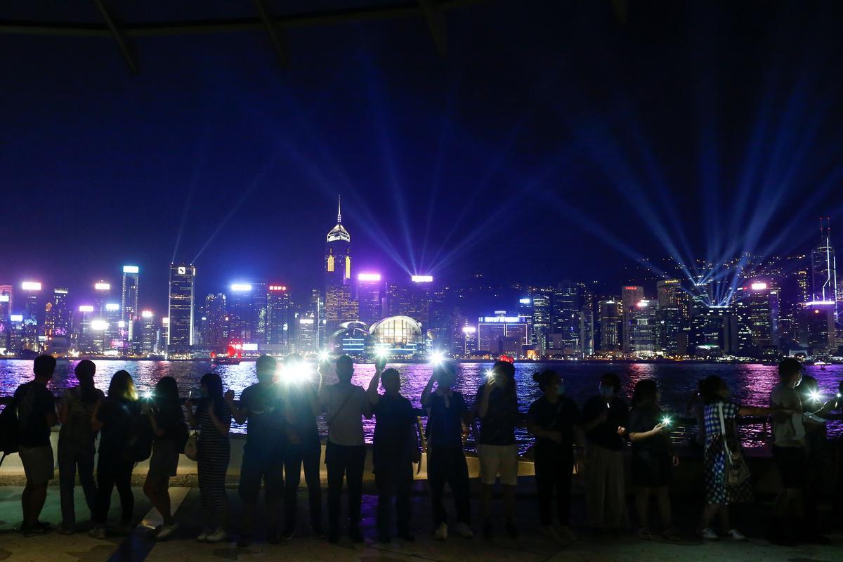 Hongkong-gesinne vorm vreedsame mensekettings voor protes op die lughawe