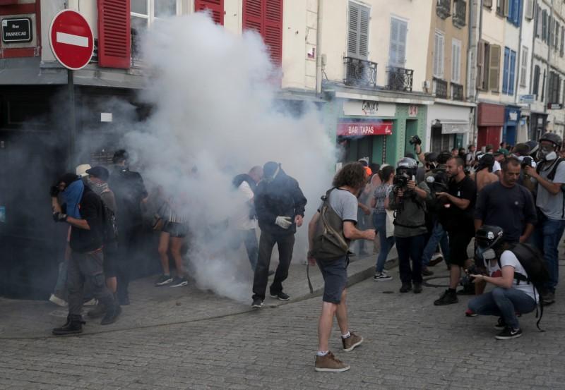 Stres ontstaan wanneer leiers van die G7-top in die Franse oord open
