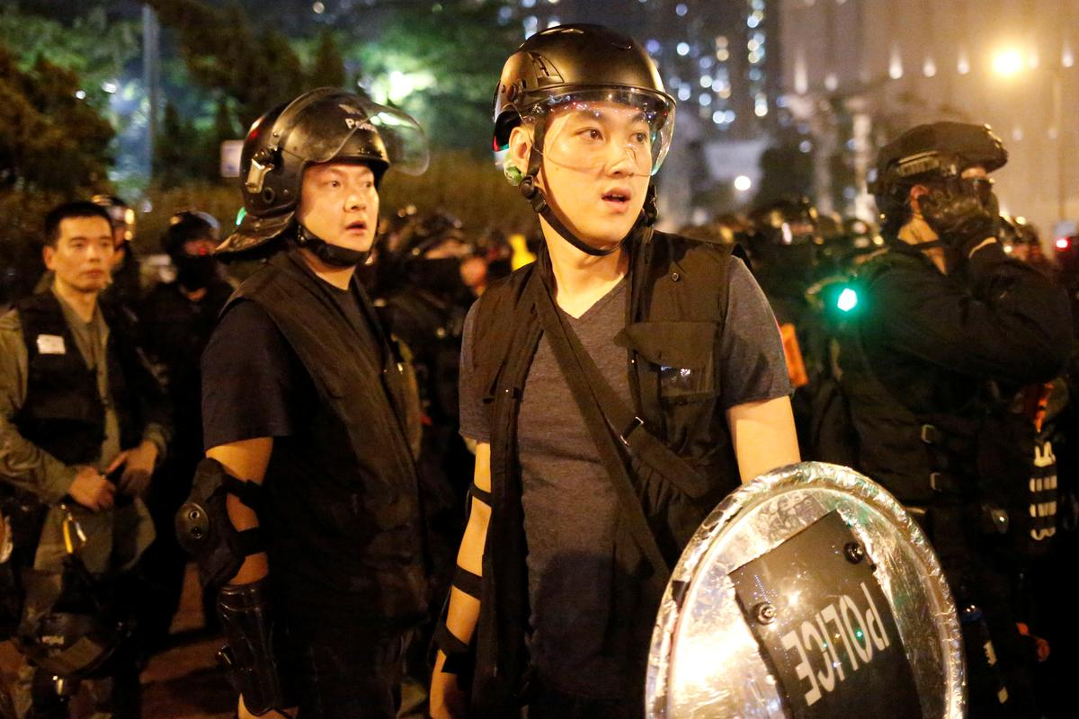Die polisie in Hong Kong arresteer 29 ná botsings terwyl betogers in die reën saamgroepeer