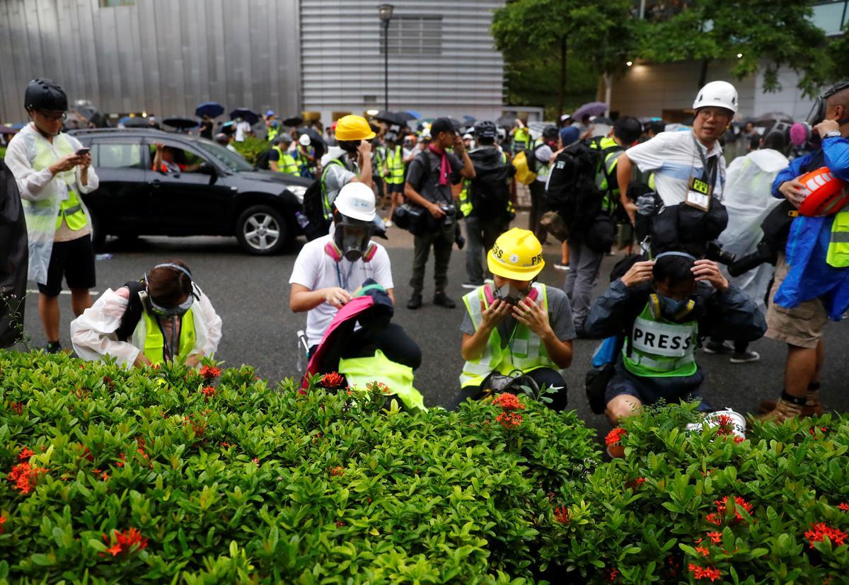Die polisie in Hongkong gebruik weer traangas om betogers te probeer versprei