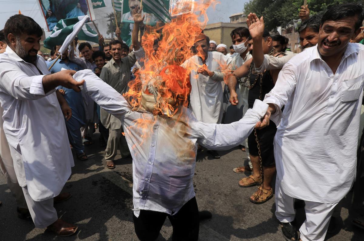 Die premier van Pakistan lei betoging oor Kashmir om die wêreldmening te wen