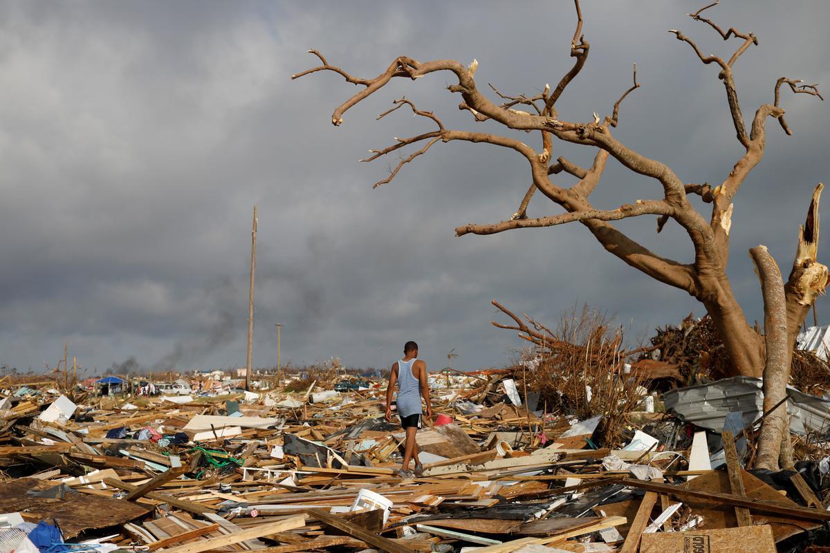 Duisende probeer om die orkaan-verwoeste eilande van die Bahamas te vlug